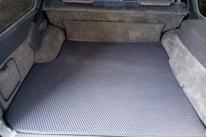 Нужен ли коврик в багажнике автомобиля